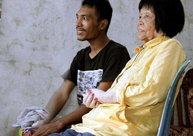 28岁小伙娶82岁老太 只因恋上她的声音