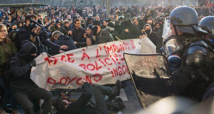 巴黎缅怀遇害中国人活动演变成与警方冲突