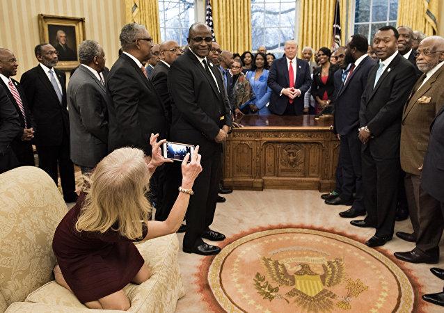 特朗普女顾问回应不雅坐姿
