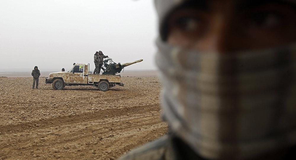 """叙政府军将领表示,美国向""""伊斯兰国""""和""""征服阵线""""组织提供武器,而非向反对派"""