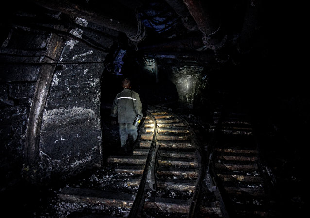 救援人员已从卢甘斯克矿井中移出13具尸体 4名矿工的搜寻工作仍在继续
