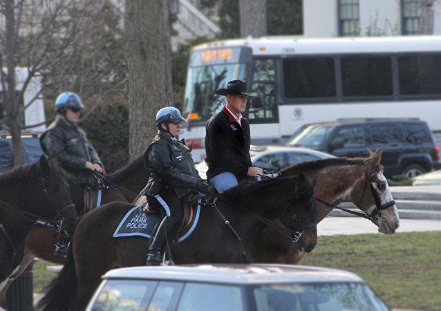 美国新任内政部长上任首日骑马上班