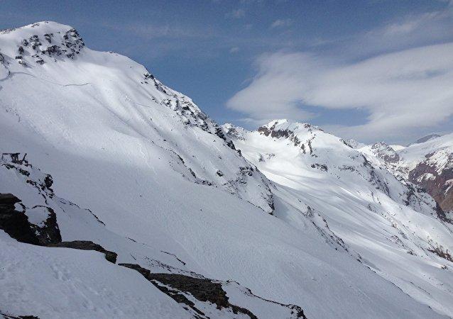 俄紧急情况部:切格特山雪崩区内可能还有3人