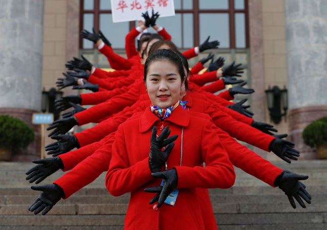 在北京人民大会堂前的迎宾小姐