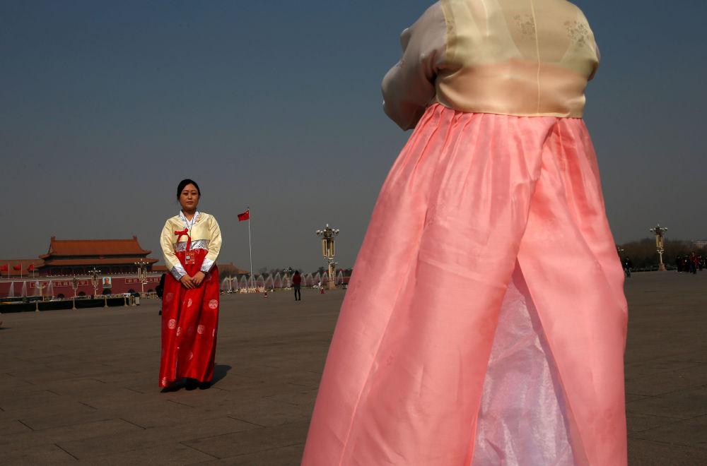 中國人民政治協商會議全國委員會代表在天安門廣場上