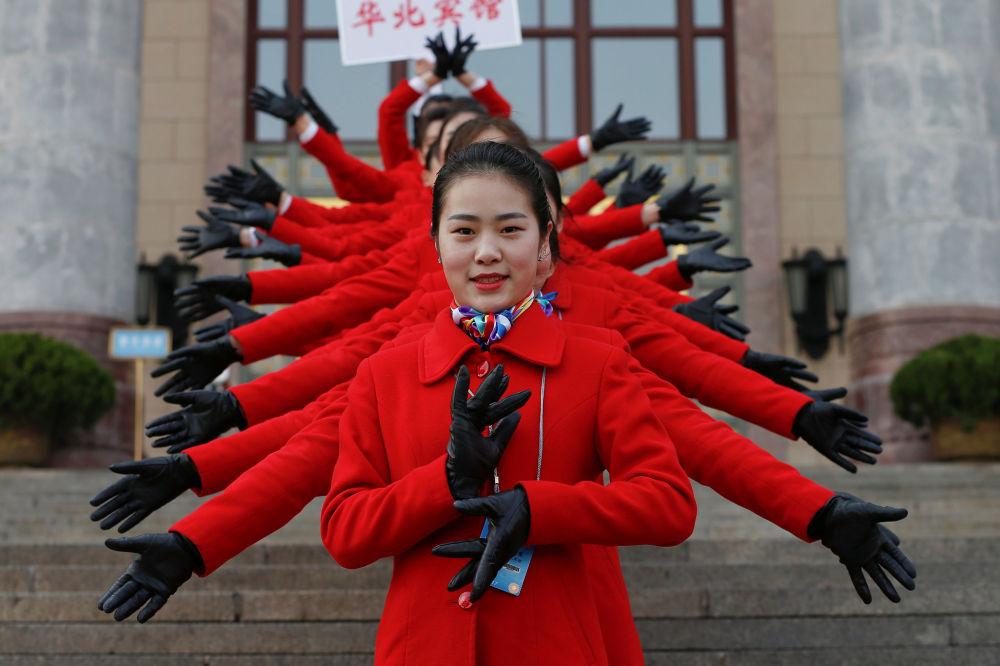 在北京人民大會堂前的迎賓小姐