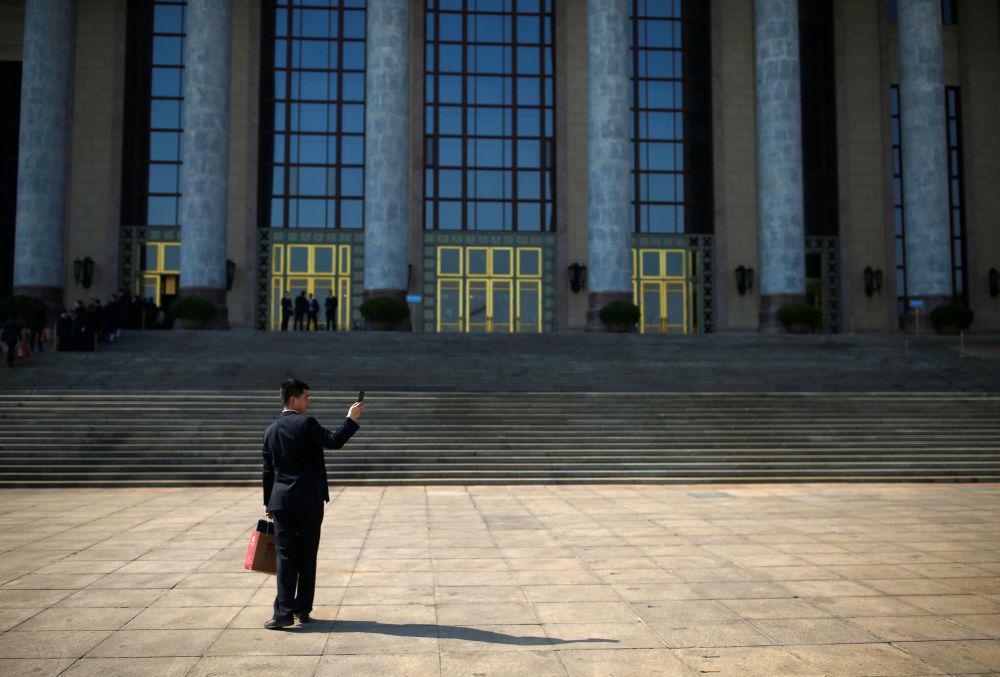 在中國人民政治協商會議全國委員會會議前,安保人員在天安門廣場檢查周邊情況