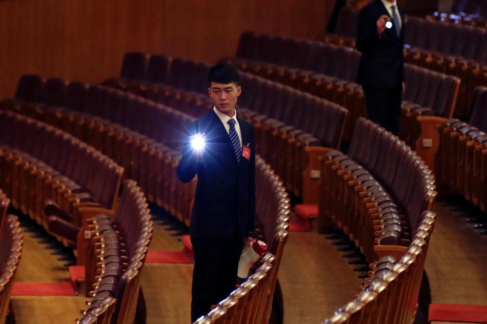 在中國人民政治協商會議全國委員會會議前,安保人員檢查周邊情況