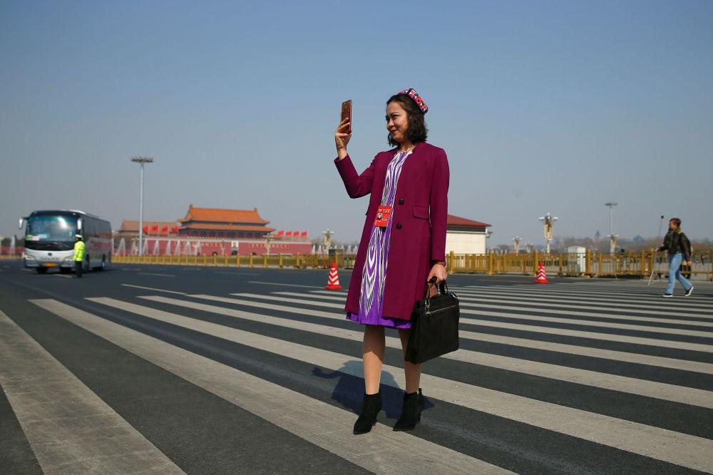 中国人民政治协商会议全国委员会代表在天安门广场上