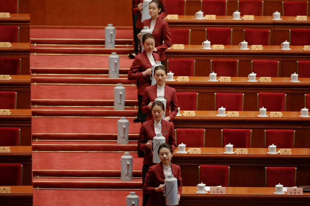 在中國人民政治協商會議全國委員會會議前,在北京人民大會堂內的工作人員