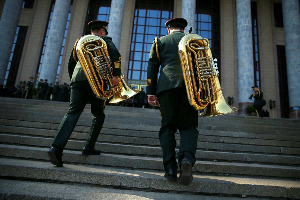 在北京人民大會堂前的軍旅音樂家