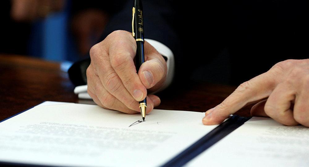特朗普批准临时预算法