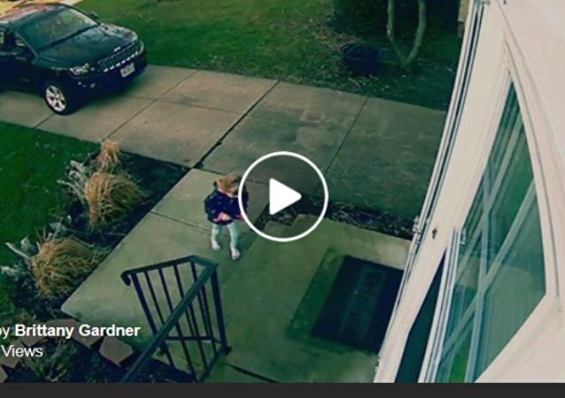 美国俄亥俄州4岁女童在门口差点被狂风吹走