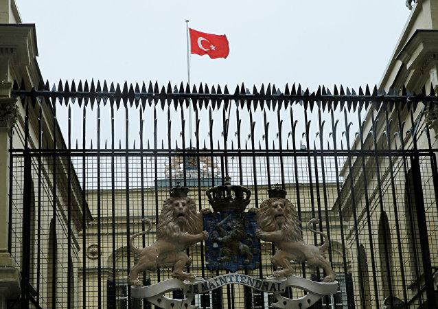 伊斯坦布尔示威者在荷兰领事馆插上土耳其国旗