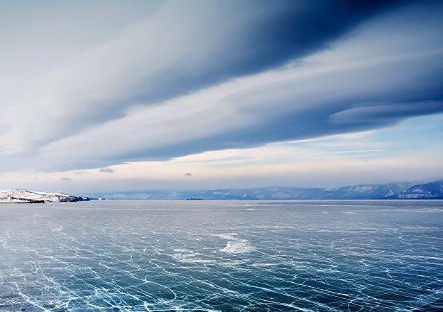 在贝加尔湖上正举行国际冰上高尔夫球赛