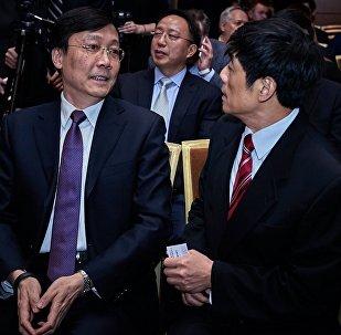 中国驻俄罗斯大使馆临时代办张霄(左) 与中国驻俄罗斯使经济商务参赞张地(右)