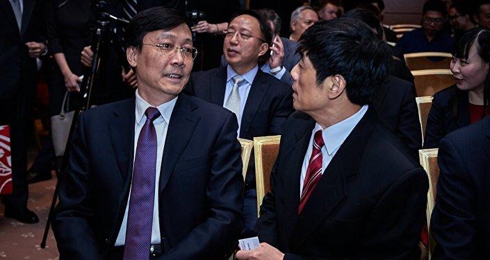 中國駐俄羅斯大使館臨時代辦張霄(左) 與中國駐俄羅斯使經濟商務參贊張地(右)