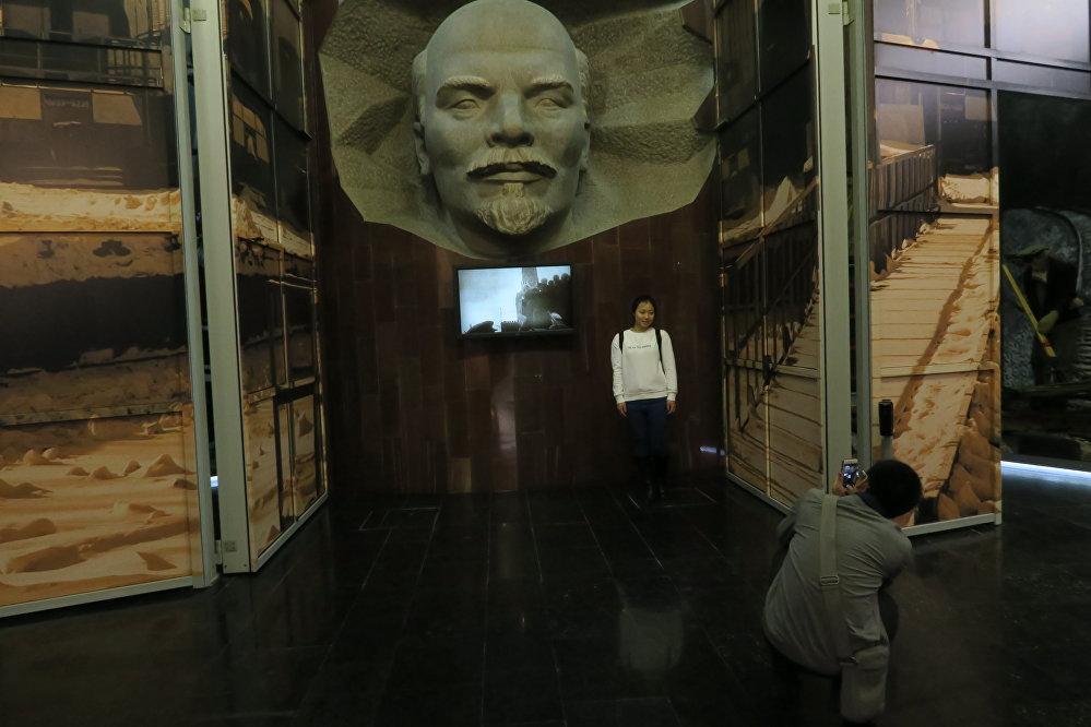 中国旅行社代表在俄铁博物馆。