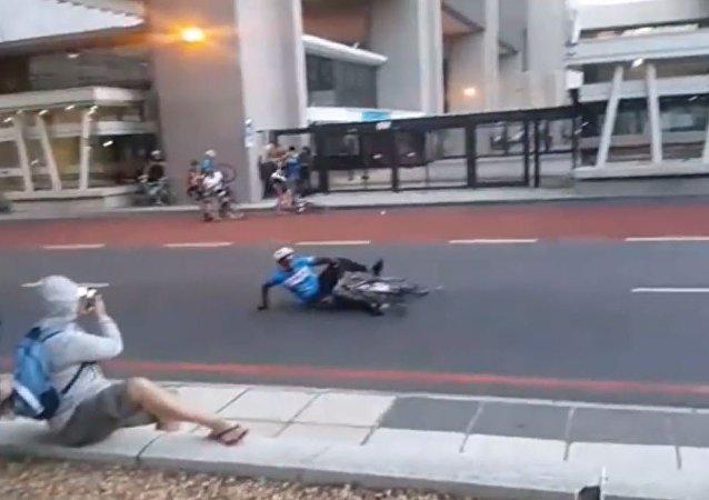 风太大!骑手风中凌乱 自行车赛取消