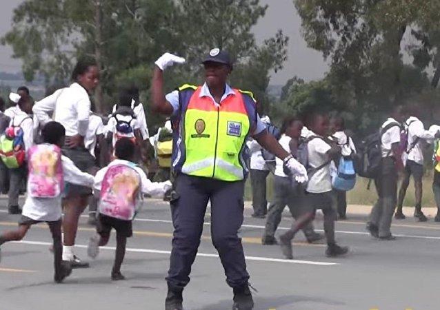 """一名南非""""舞""""警借用舞姿指挥交通"""