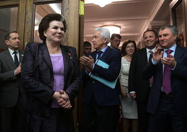 俄首位女航天员主题展在伦敦开幕 捷列什科娃亲临大受欢迎
