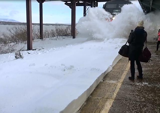 火车高速进站溅乘客一身雪
