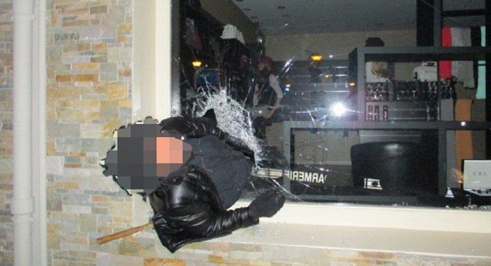 笨小偷進商店搶劫被卡在櫥窗上