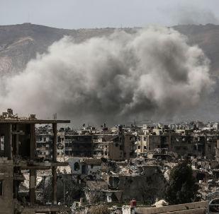 Дым после авиаудара ВВС Сирия на востоке Дамаска. Архивное фото