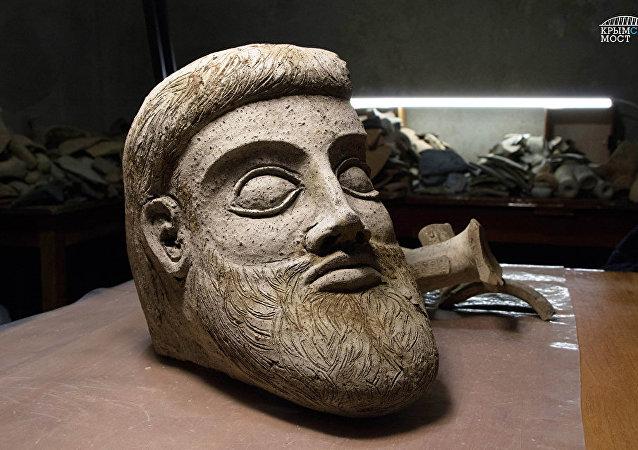 фрагмент терракотовой скульптуры в форме головы мужчины