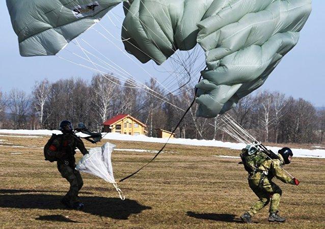 俄东部军区特种部队演练夜间在假想敌后方空降