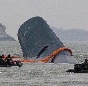 """媒体:""""世越""""号沉船已成功移至半潜船"""