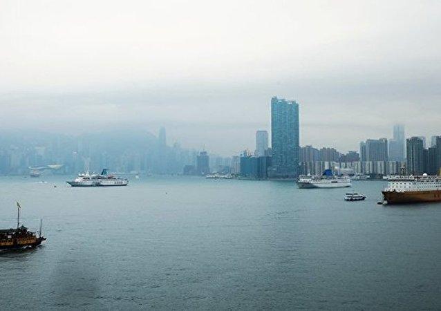 """""""瓦良格""""号导弹巡洋舰和 佩琴加号油船抵达香港"""