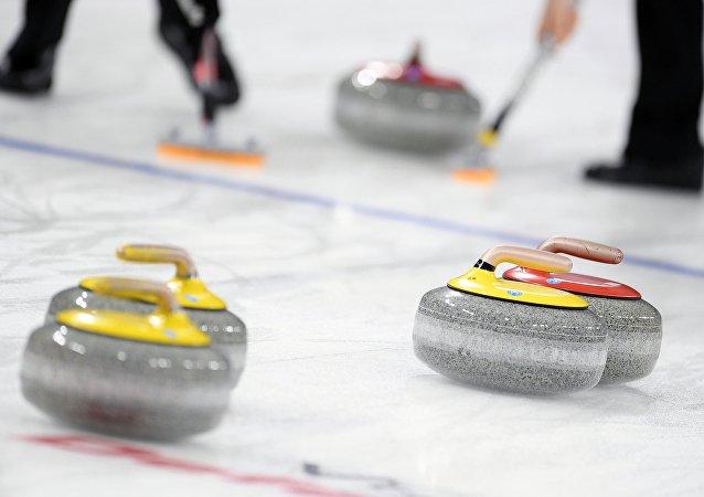 俄羅斯隊在冬奧會冰壺混雙比賽中戰勝中國隊