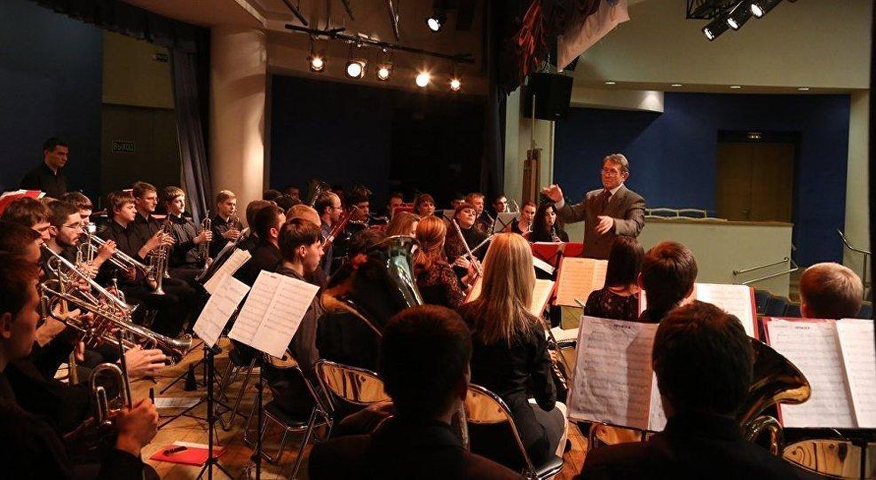 莫斯科国立施尼特凯音乐学院的学生在排练中