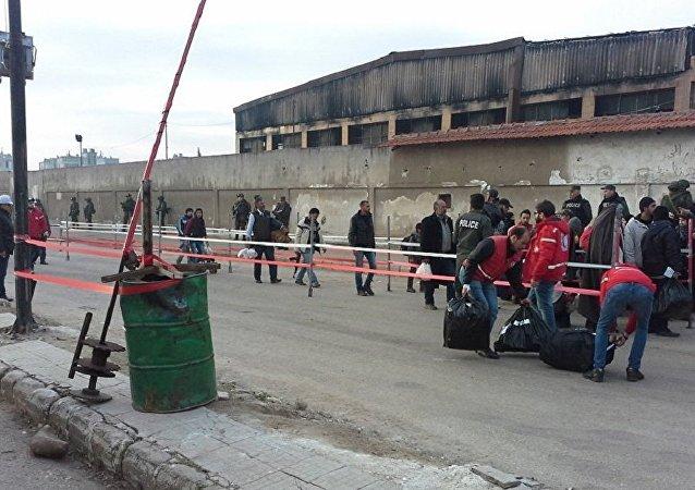 一个由100名武装分子及其亲属组成的群体离开了叙利亚霍姆斯