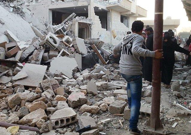 美国领导的反恐联盟对叙利亚拉卡近郊的西部地区实施空袭,导致至少10名平民死亡