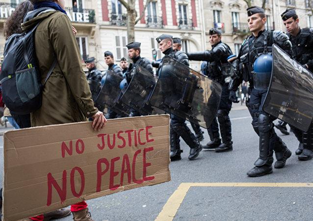 В Париже задержали 35 протестующих из-за убийства мужчины полицией