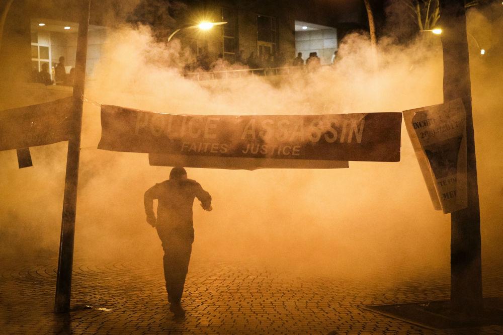 警方在抗议活动中使用催泪瓦斯。