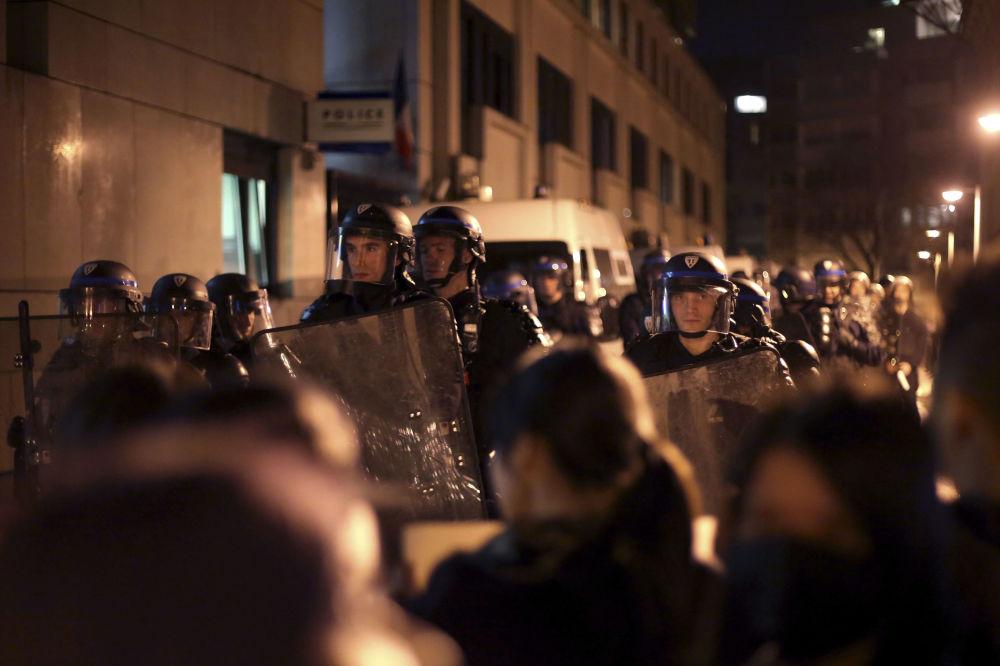 参与平息抗议活动的特警人员