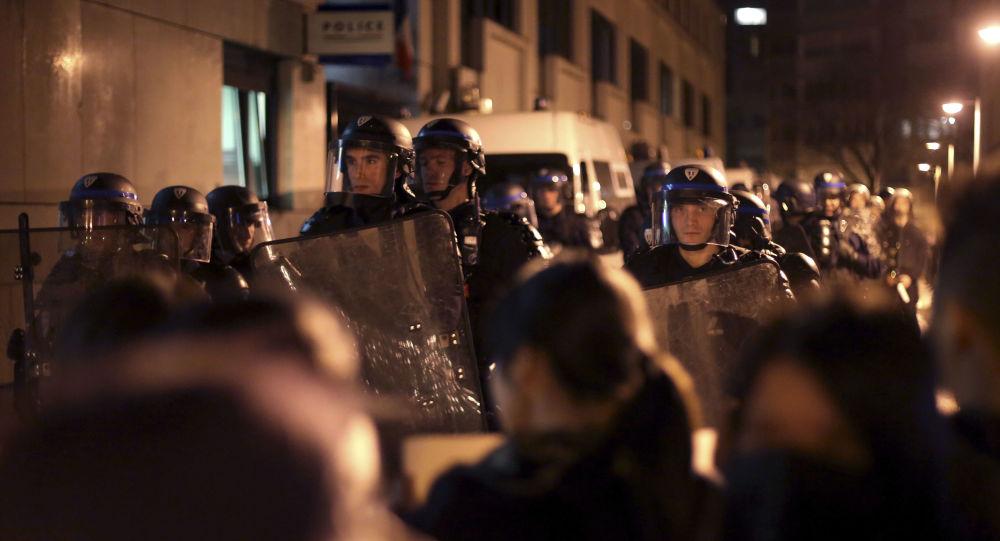 媒体:巴黎数千人因警察杀害中国公民事件上街抗议