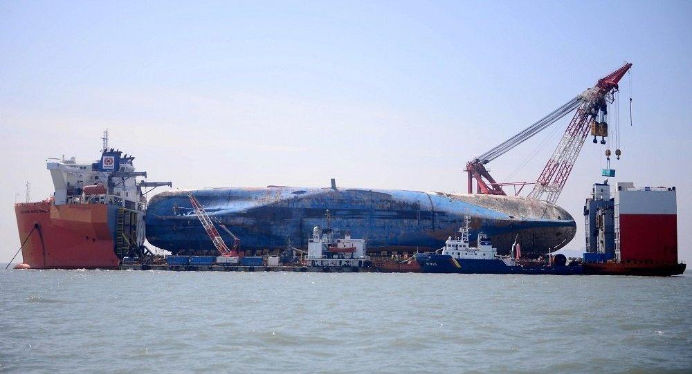 在2014年的韩国渡轮沉没地点正进行搜寻工作