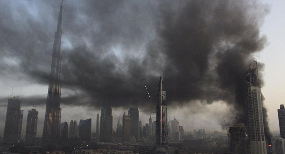 在迪拜世界最高摩天大楼旁的在建高楼着火
