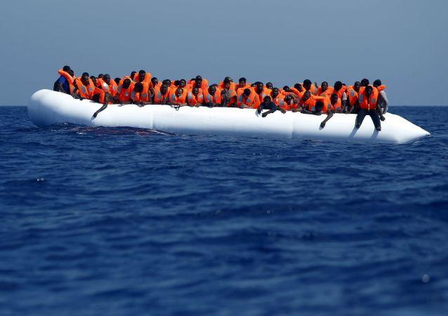 外媒:九百多名移民在利比亚海岸边获救