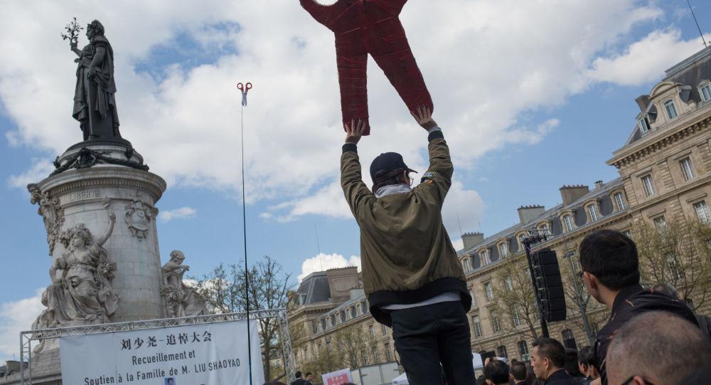 Акция протеста представителей китайкой диаспоры в Париже в связи с убийством французскими полицейскими гражданина КНР 26 марта