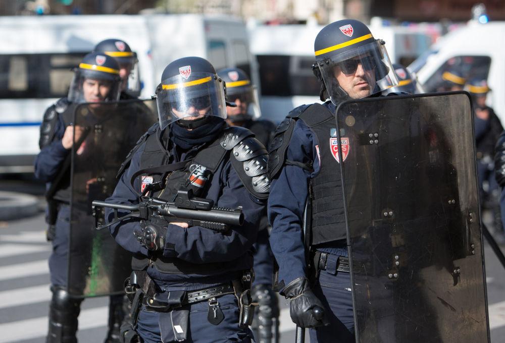 在与3月26日一名中国人被法国警方射杀事件有关的华侨抗议活动中的警察。