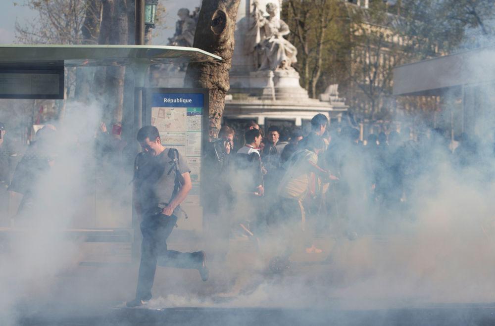 在巴黎共和国广场上的华侨代表抗议活动与法国警方于3月26日射杀一名中国人有关。