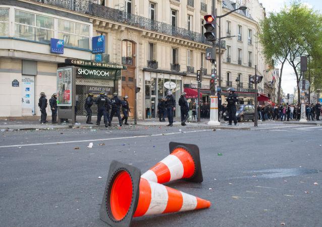 """法国巴黎""""不朽军团""""游行或将同时举行抗议总统选举结果活动"""