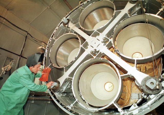 南方机械制造厂的工程师在洲际弹道导弹SS-19的发动机旁