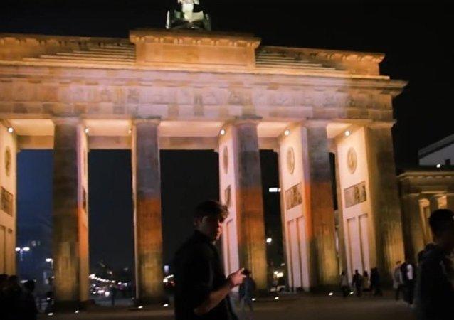 勃兰登堡门不顾政府反对亮起俄罗斯三色旗颜色