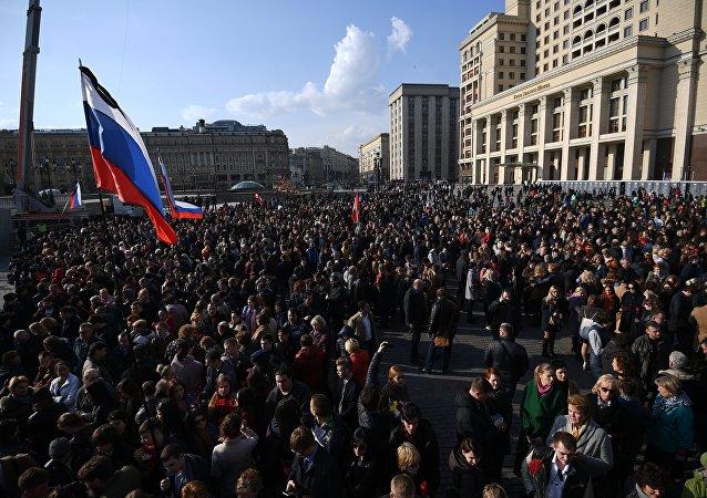 俄内务部:莫斯科五万多人参加圣彼得堡恐袭遇害者纪念活动